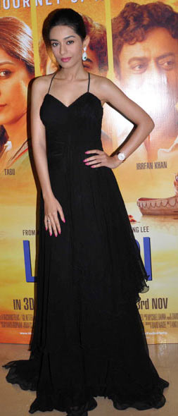 amrita rao in sexy black gown at screening of life of pi movie
