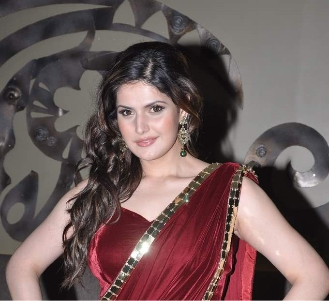 Zarine Khan sexy images in saree
