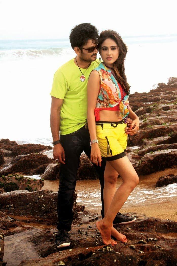 Sri Balaji, Sony Charishta in Naakaithe Nachindi Movie Stills, Sony Charishta hto legs, Sony Charishta at beach