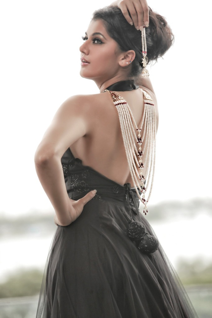 Tapsee Pannu hot backless photos, Tapsee Pannu in backless dress, Tapsee Pannu backshow photos, Tapsee Pannu in sexy black dress