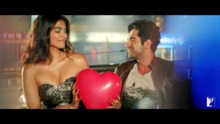 Sonam Kapoor Spicy Sexy Show And Kiss to Ayushman in Movie Bewakoofiyaan