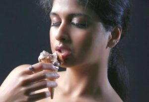 Read more about the article Mrudhula Basker AKA Naveena Super Sexy & Spicy KISS ME EVERY WHERE Song from Movie Ice Cream 2 | Video
