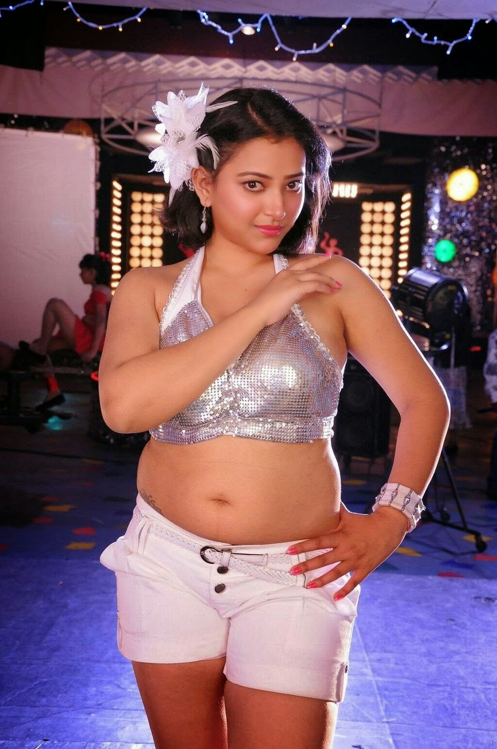 Swetha Basu Chubby Navel and Thigh Show  Stills in Sexy White Short Pants (9)
