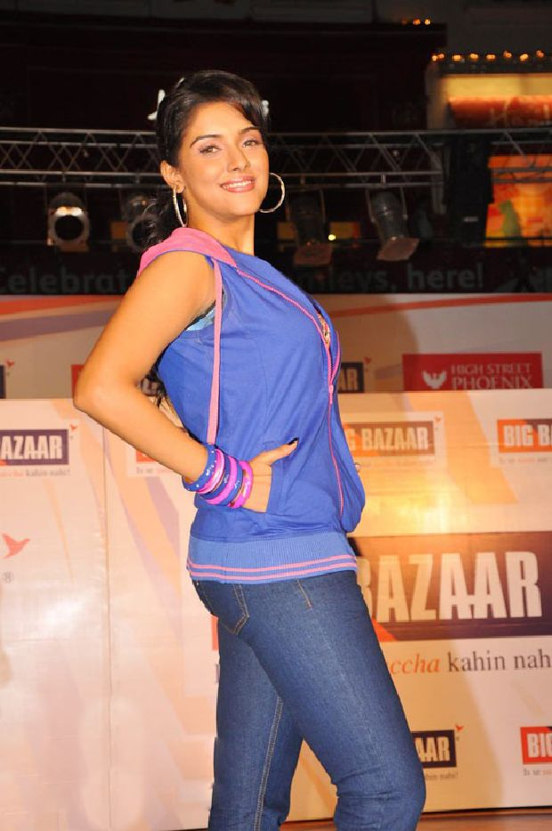 Asin Cool Ramp Walk in Tight Jeans & Blue Jacket_VP (1)