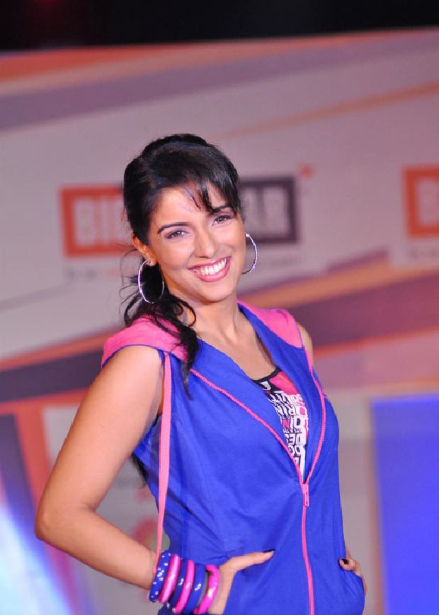 Asin Cool Ramp Walk in Tight Jeans & Blue Jacket_VP (2)