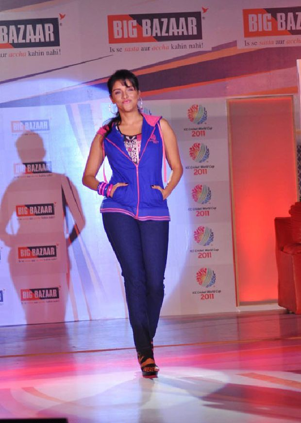 Asin Cool Ramp Walk in Tight Jeans & Blue Jacket_VP (4)