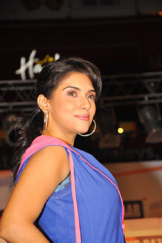Asin Cool Ramp Walk in Tight Jeans & Blue Jacket_VP (5)
