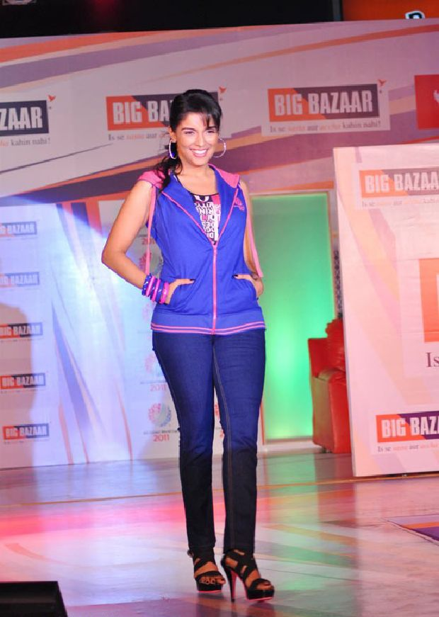 Asin Cool Ramp Walk in Tight Jeans & Blue Jacket_VP (6)