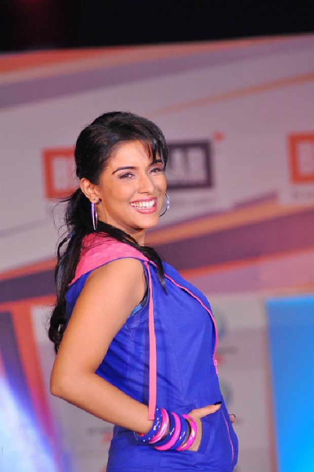 Asin Cool Ramp Walk in Tight Jeans & Blue Jacket_VP (8)