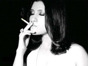 Read more about the article CONTROVERSIAL : Bollywood Actresses Who Smoke In Real Life !