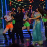 Jacqueline Fernandez at Bigg Boss 8 Set To Promote ROY Movie in Sexy Blue Saree Dancing with Arjun Rampal