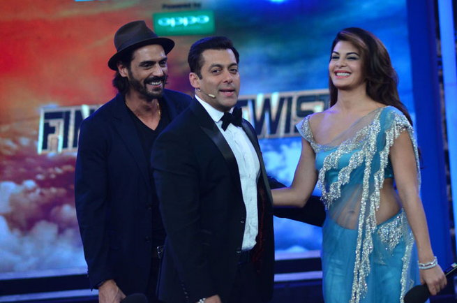 Jacqueline Fernandez at Bigg Boss 8 Set To Promote ROY Movie in Sexy Blue Saree Having Fun Time with Salman Khan & Arjun Rampal