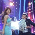 Jacqueline Fernandez at Bigg Boss 8 Set To Promote ROY Movie in Sexy Blue Saree With Salman Khan Dancing on Jummey Ki Raat