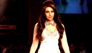 Read more about the article Karishma Kapoor Stunning Ramp Walk in Sexy Outfit at Lakme India Fashion Week