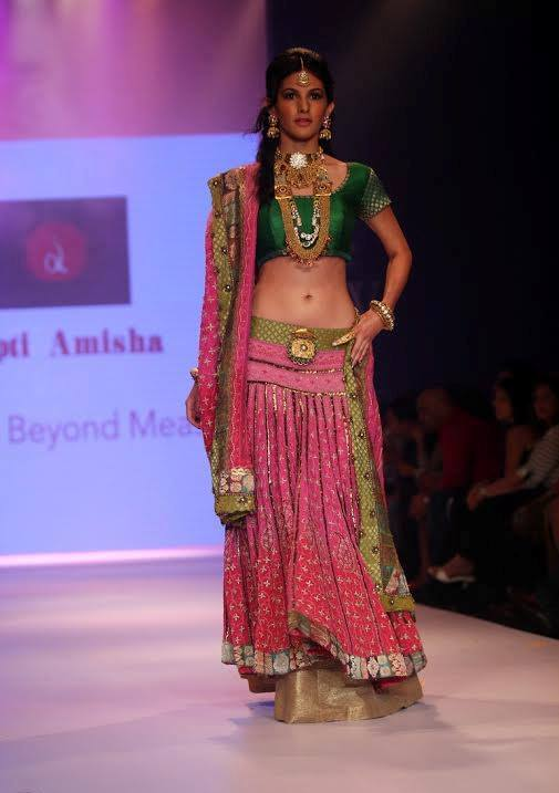 Amyra Dastur walk the ramp at India International Jewellery Week 2014 in _VP (2)