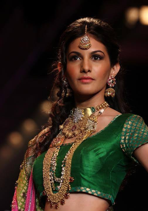 Amyra Dastur walk the ramp at India International Jewellery Week 2014 in _VP (3)