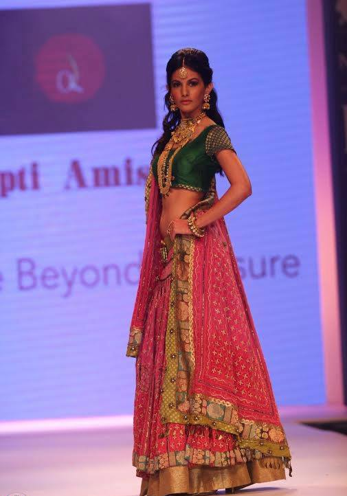 Amyra Dastur walk the ramp at India International Jewellery Week 2014 in _VP (4)