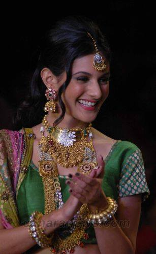 Amyra Dastur walk the ramp at India International Jewellery Week 2014 in _VP (5)