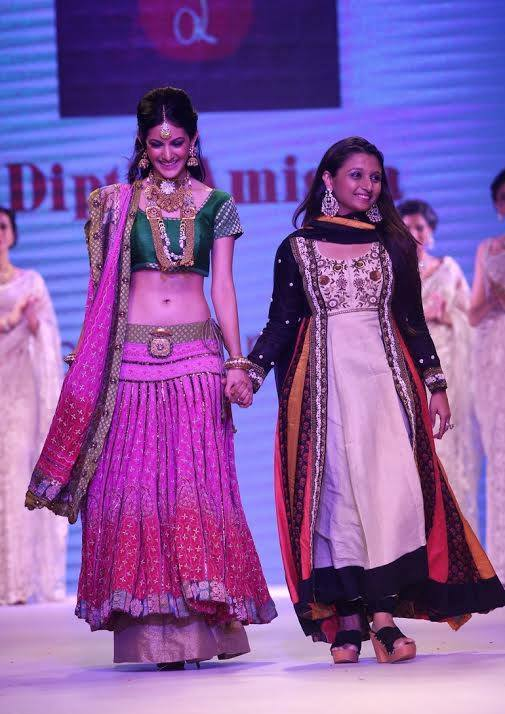 Amyra Dastur walk the ramp at India International Jewellery Week 2014 in _VP (8)