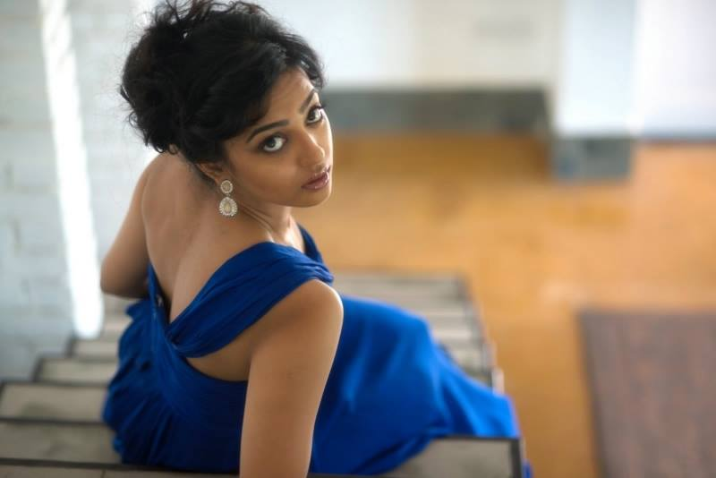 Radhika Apte's  Sexy Pictures in Blue Gown_VP (1)